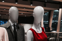 HOW TO USE GROUPS OF MANNEQUINS FOR A STORE DISPLAY