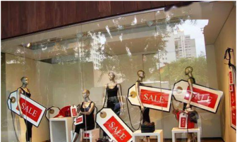 Use eye-catching discount slogans with mannequins